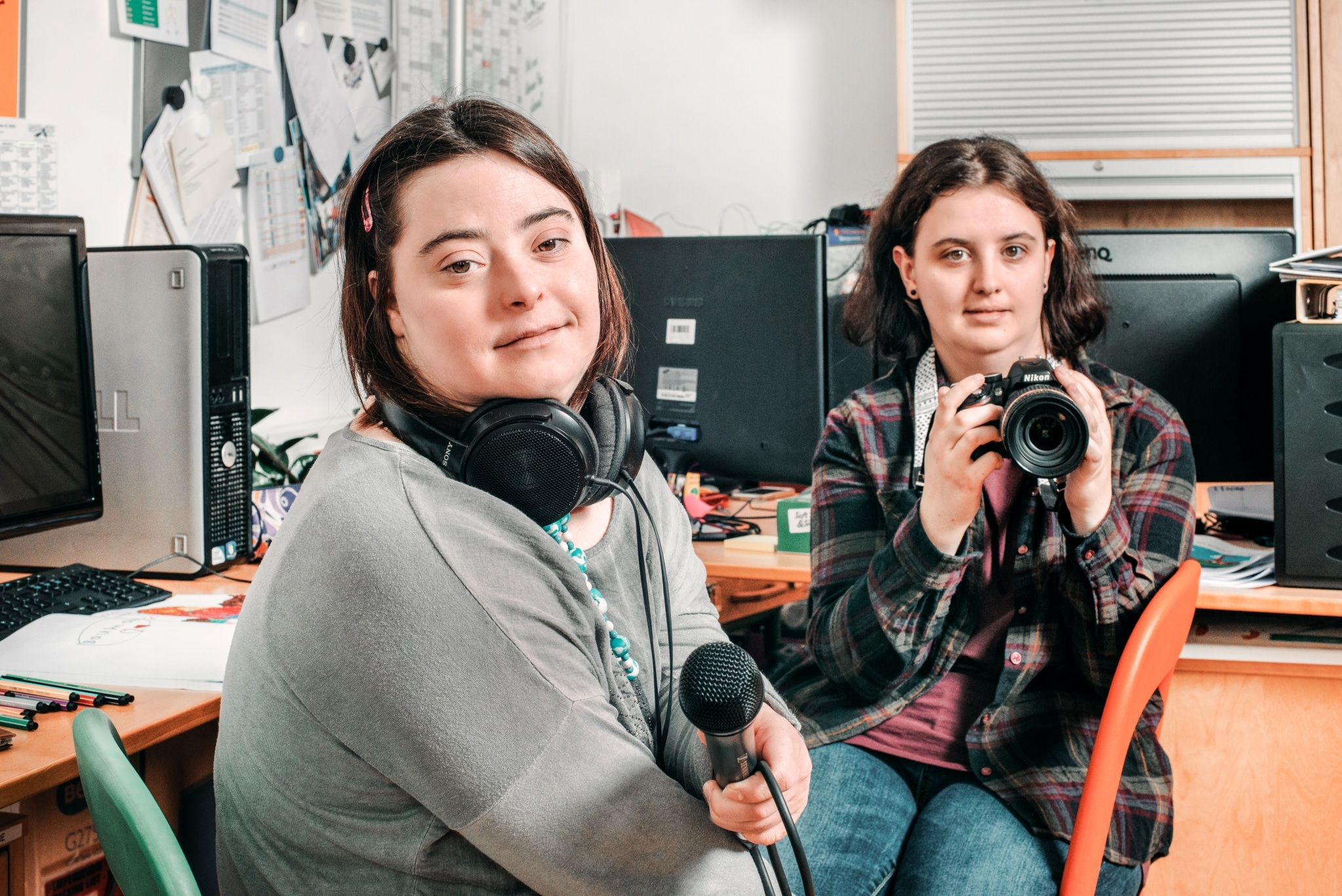 Mitarbeiterinnen bei ihrer Arbeit im Medienbüro