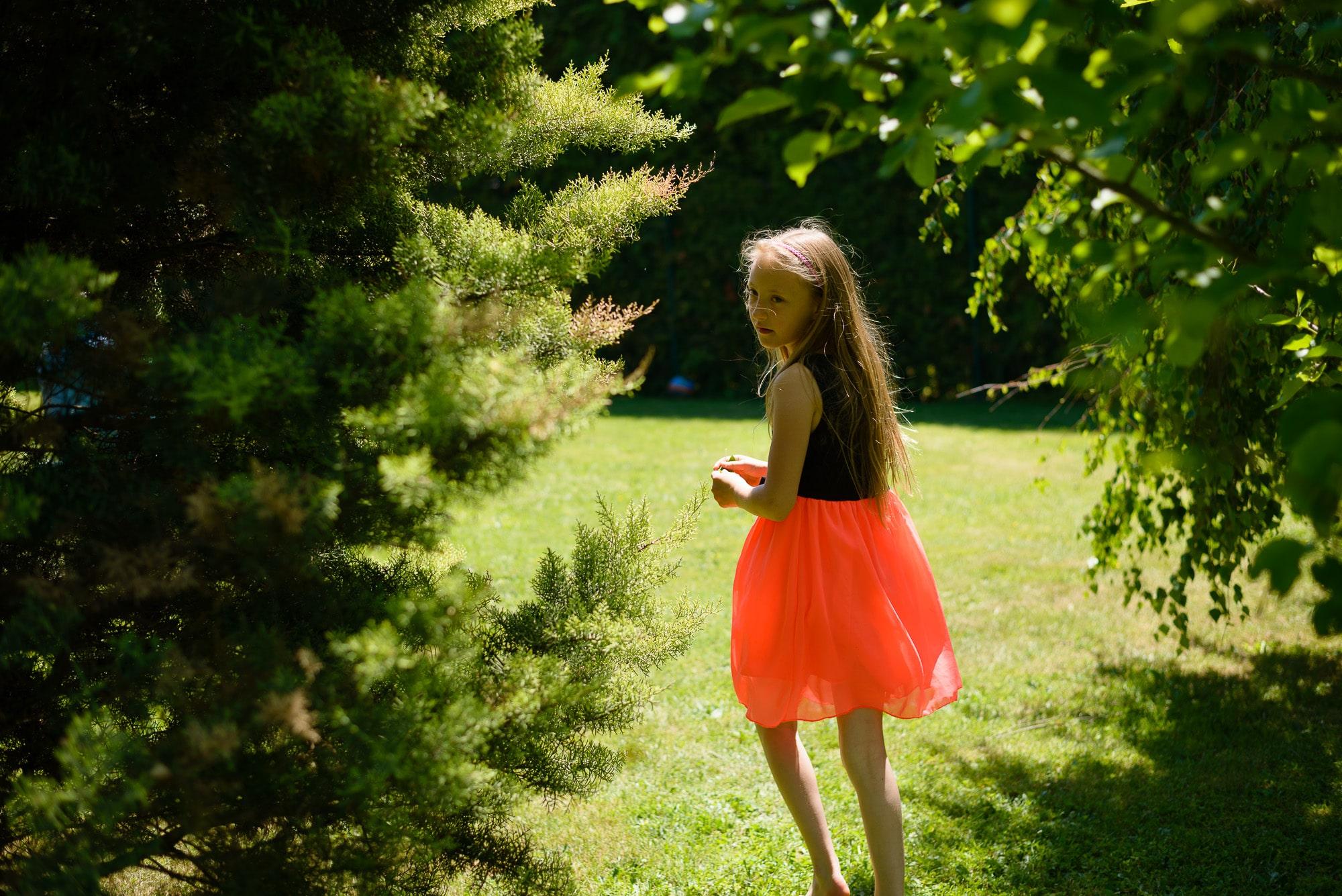 Mädchen läuft im Garten