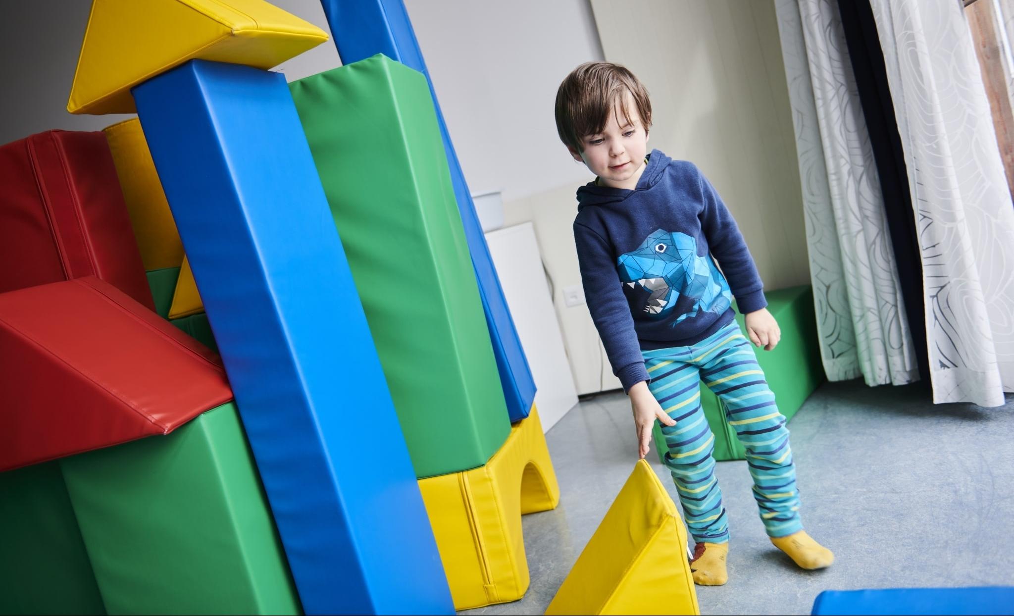 Kind baut einen Turm