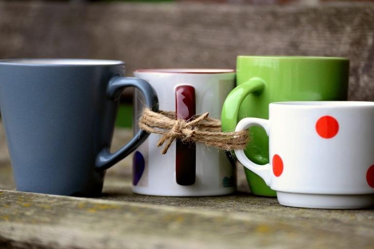 Aneinandergebundene Tassen