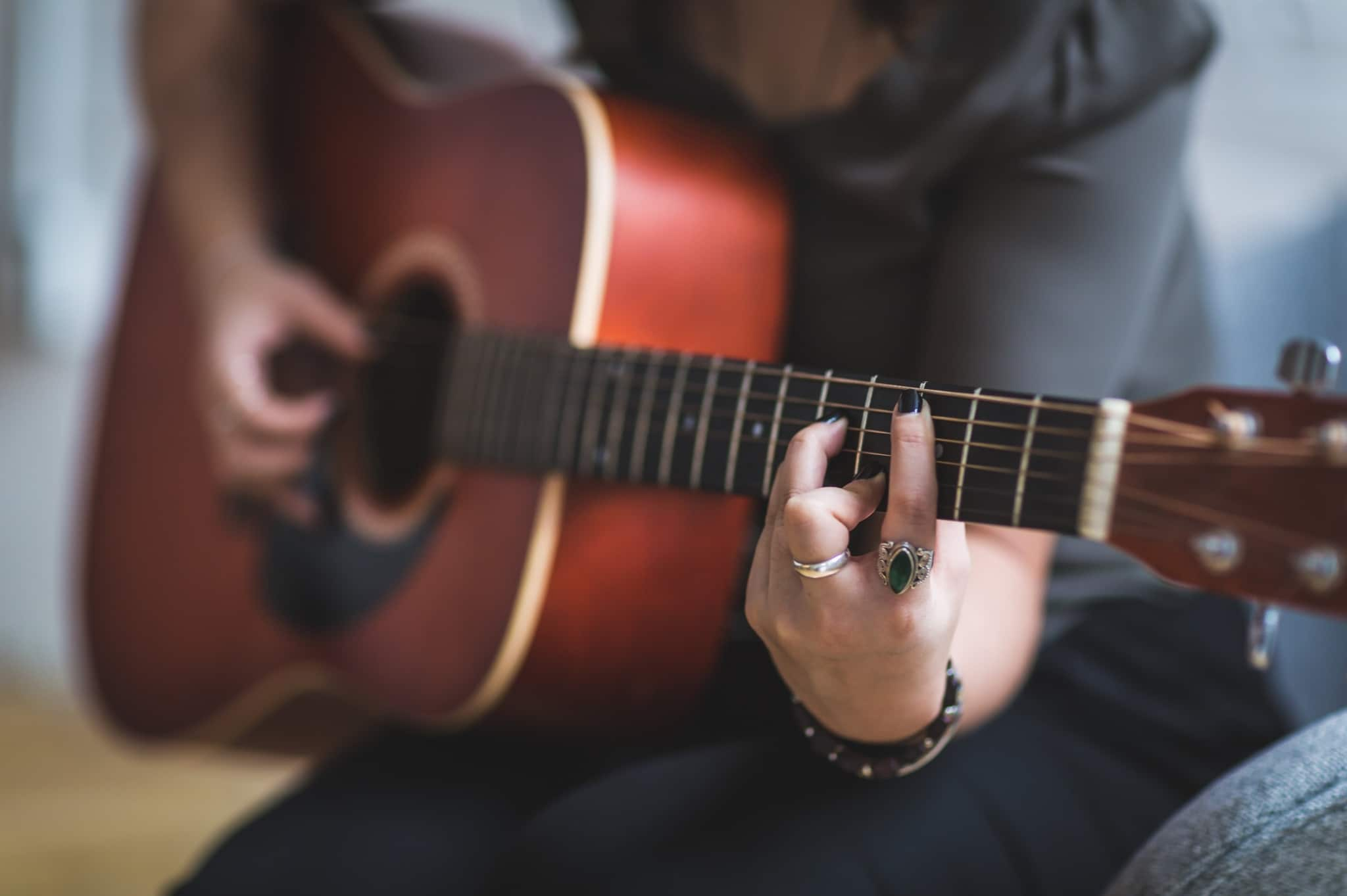 Kundin spielt Gitarre