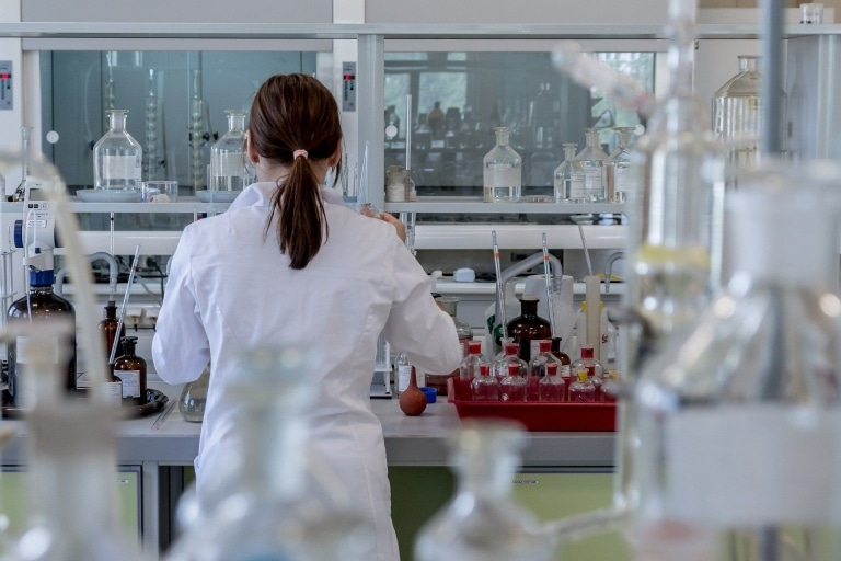 Mitarbeiterin im Labor