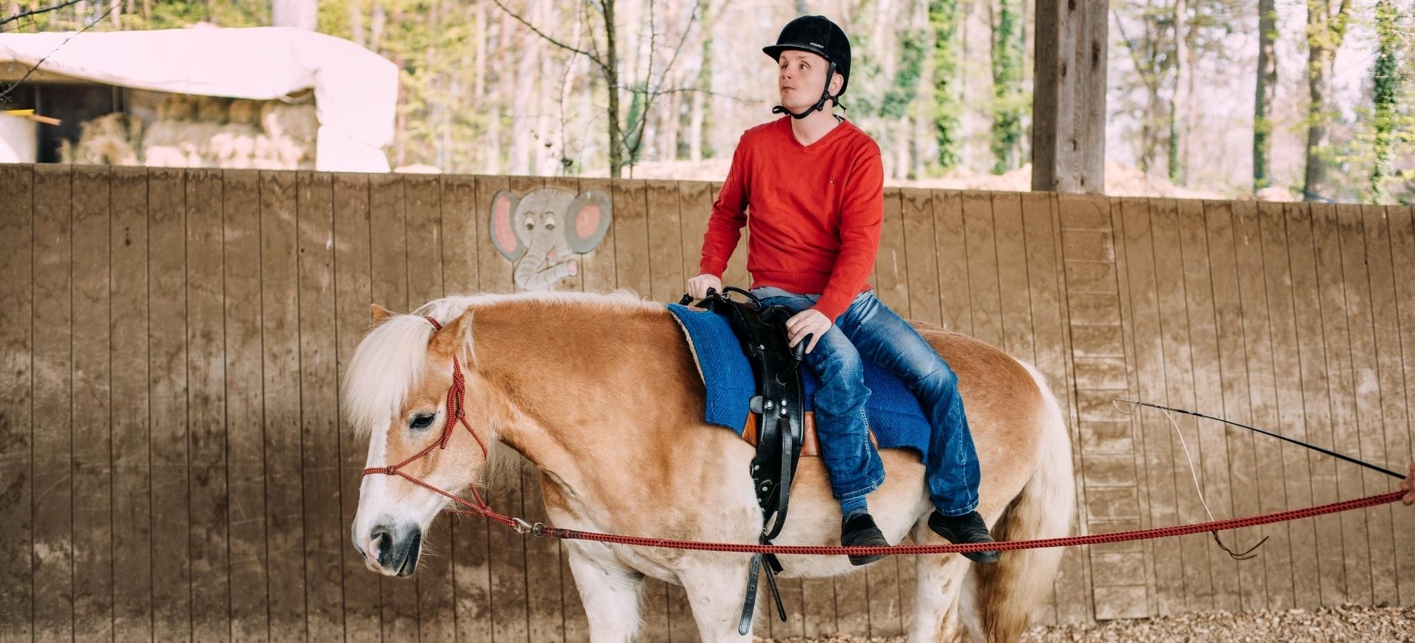 Kunde reitet auf Pferd
