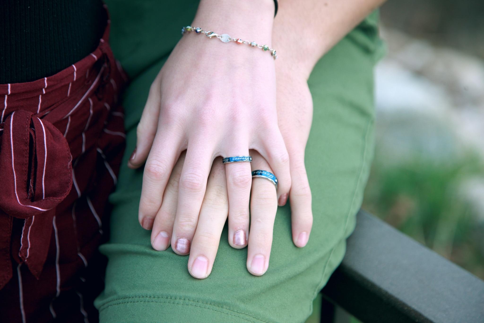 Paar haltet Hände aufeinander