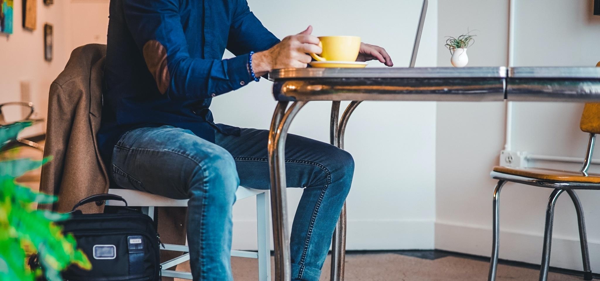 Mann sitzt am Tisch