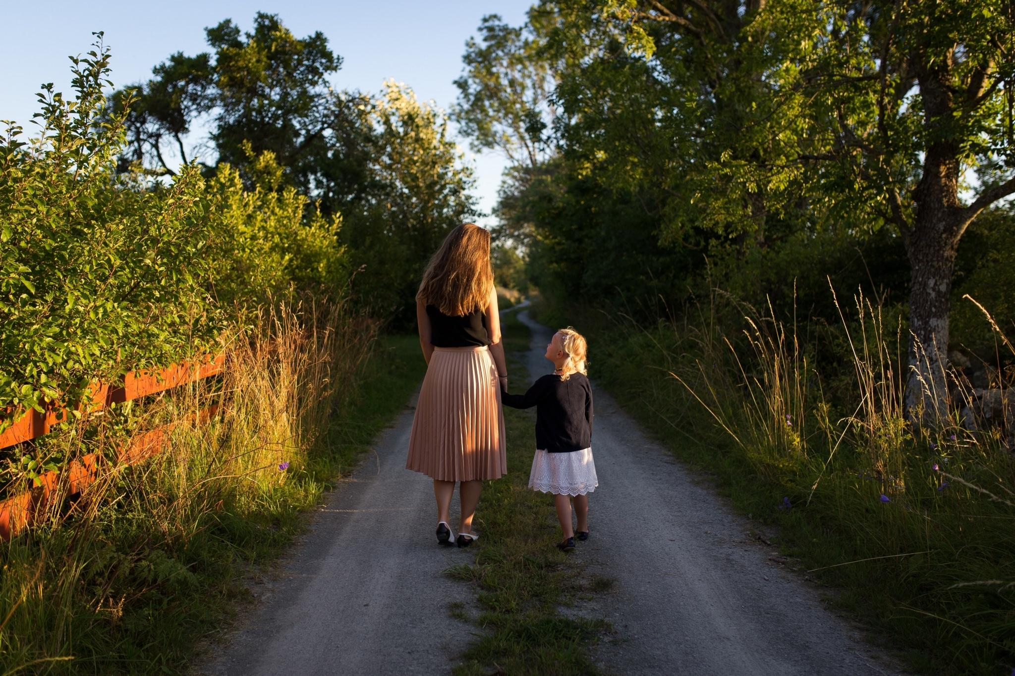 Frau und Kind gehen spazieren