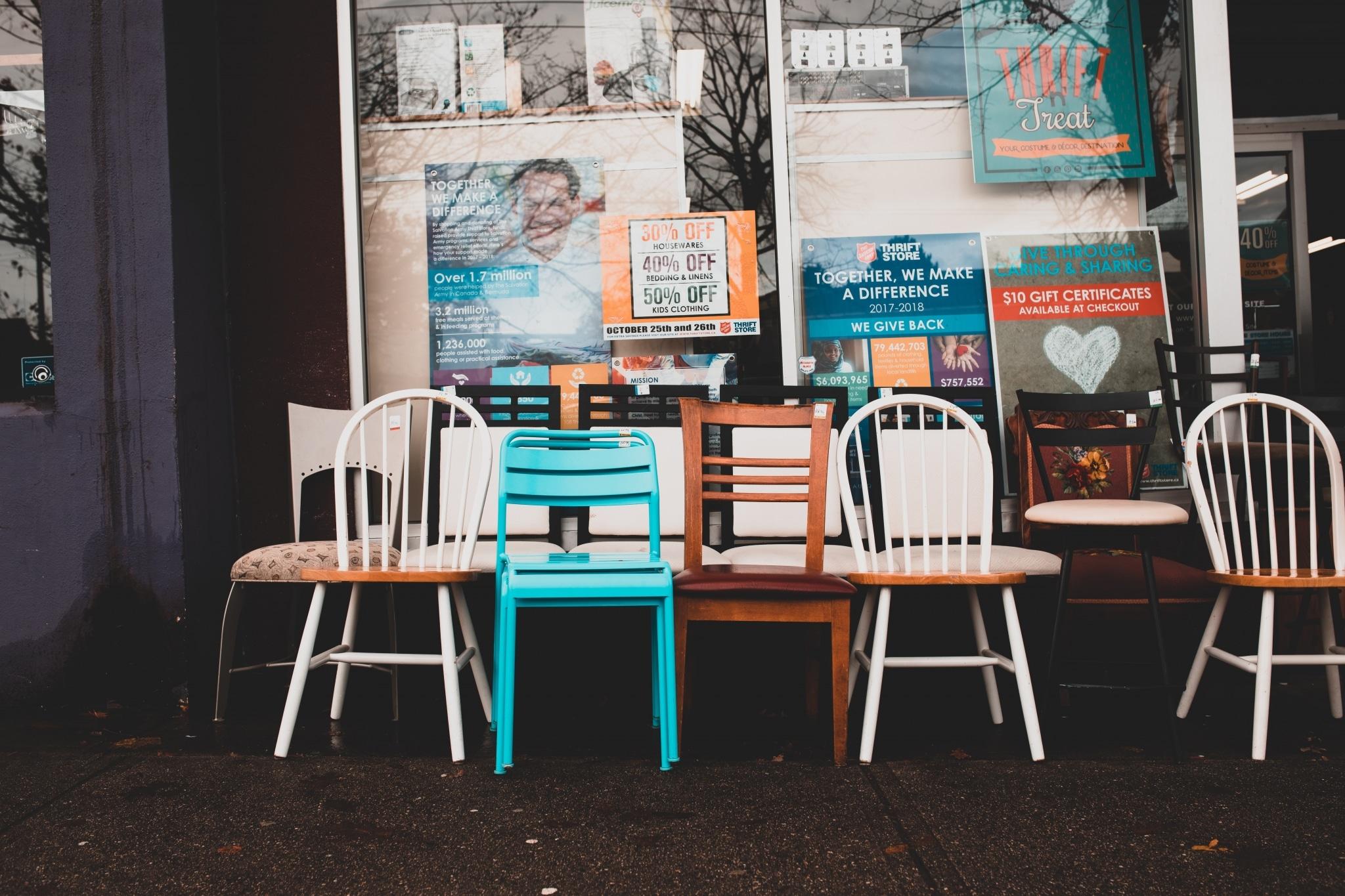 Bunte Sessel vor Geschäft