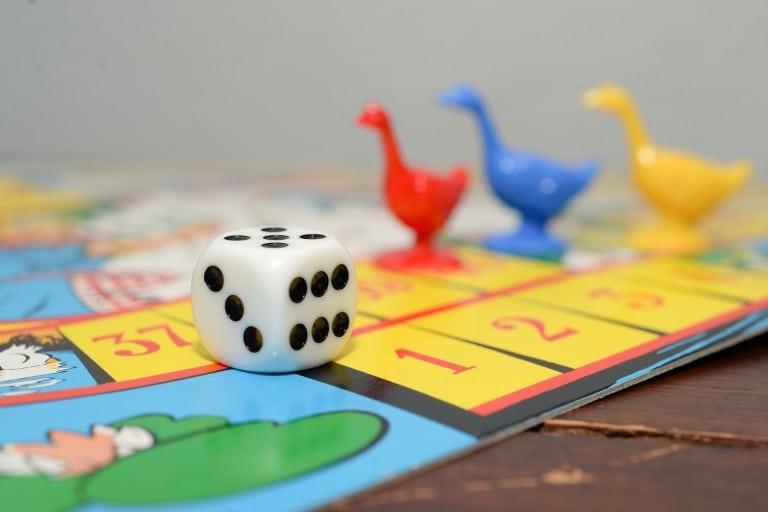 Brettspiel mit Entenfiguren