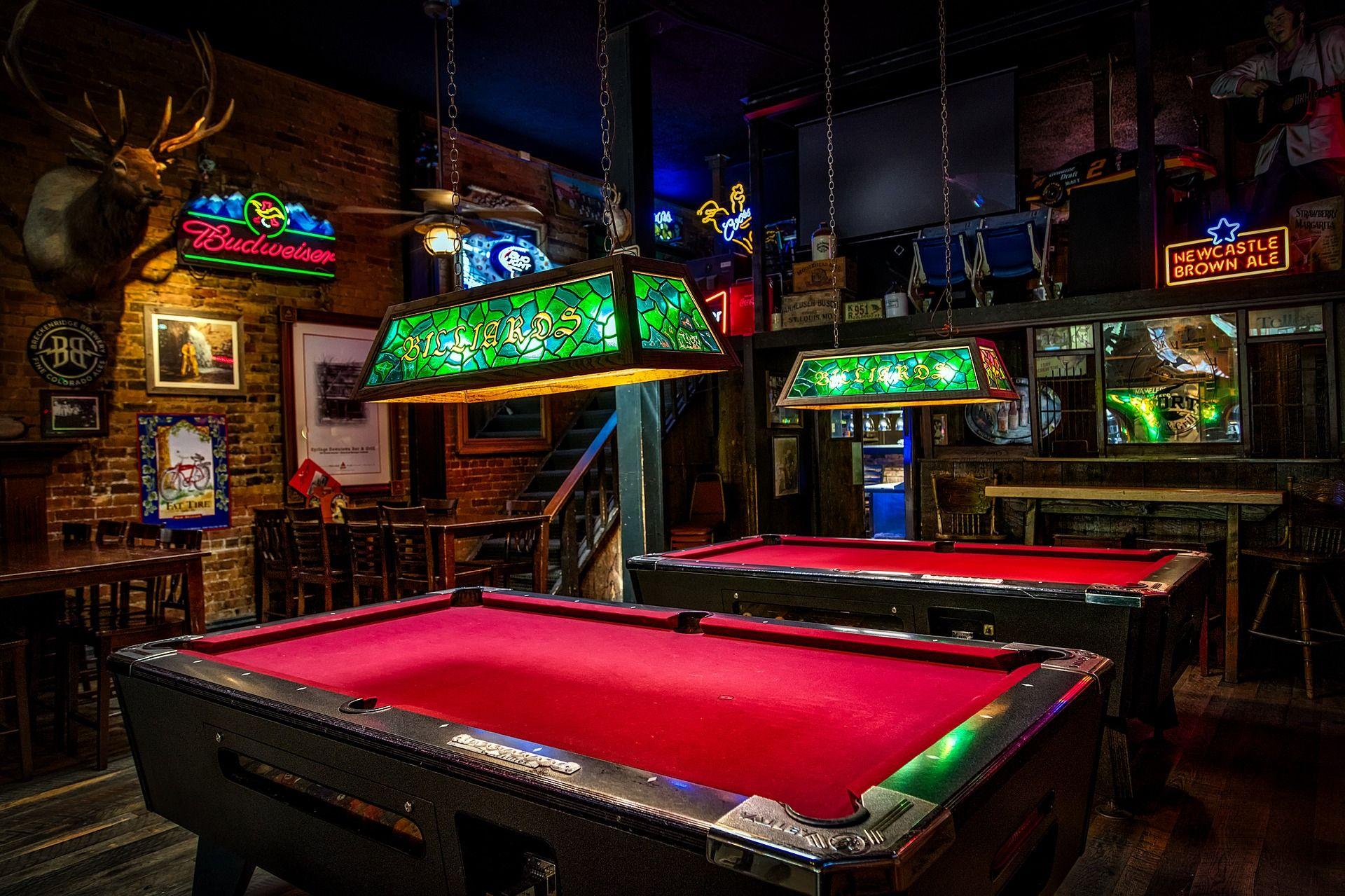 Billiardtische in einem Lokal
